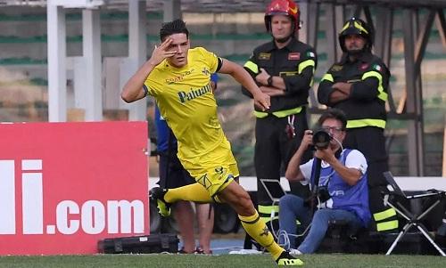 Stepinski gỡ hòa cho Chievo, mở ra một trận đấu quả cảm của đội chủ nhà. Ảnh: Reuters.