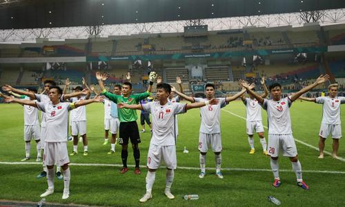 Cầu thủ và CĐV Việt Nam mừng kiểu Viking