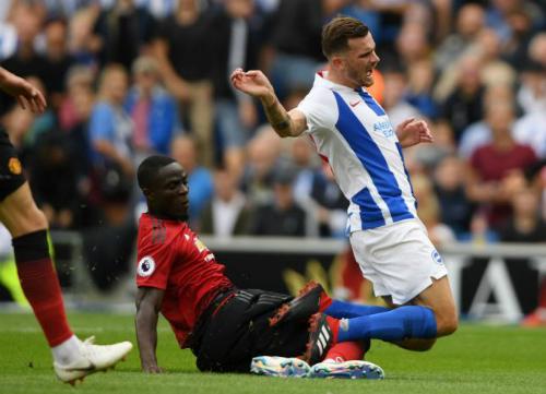 Bailly phạm lỗi với Gross khiến Man Utd nhận bàn thua thứ ba ngay trong hiệp một. Ảnh:AFP.