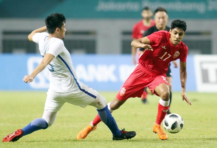 Bahrain (áo đỏ) vượt qua Malaysia 3-2 trong trận đấu tối qua để đoạt vé thứ ba bảng E vào vòng 1/8 Asiad. Ảnh: Đức Đồng.