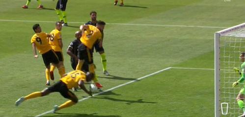 Video quay chậm cho thấy bóng chạm tay trung vệ chủ nhà trước khi vào lưới. Ảnh:Sky Sports.