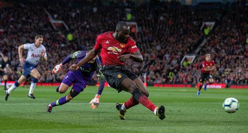 Lukaku bỏ lỡ cơ hội đưa Man Utd dẫn trước ở đầu trận đấu. Ảnh:DM.