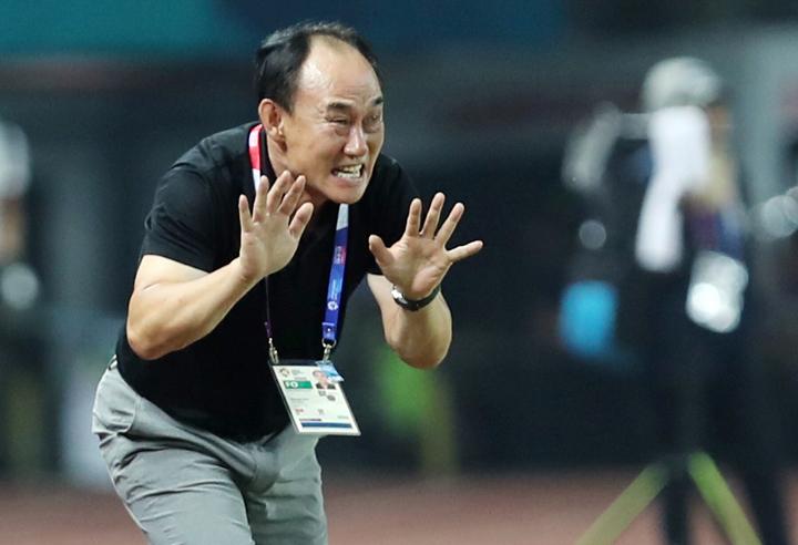 HLV Kim Hak-bum chỉ đạo các cầu thủ trong trận thắng Uzbekistan 4-3 nhờ quả đá 11m ở hiệp phụ ngày 27/8. Ảnh: Đức Đồng