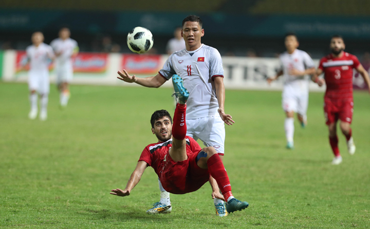 Syria (đỏ) hai lần phải dừng bước khi gặp Việt Nam trong năm nay. Lần đầu ở vòng bảng giải U23 châu Á. Khi đó, kết quả 0-0 khiến Syria dừng bước, còn Việt Nam đi tiếp và tạo nên kỳ tích vào đến chung kết. Ảnh: Đức Đồng.