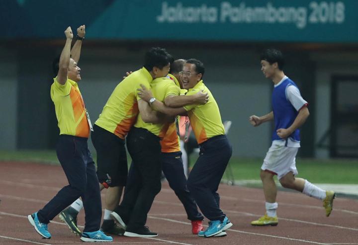 Ông Lê Huy Khoa (đeo kính) ôm trầm lấyHLV Park Hang-seo sau khi trận đấu với Syria kết thúc. Ảnh: Đức Đồng.