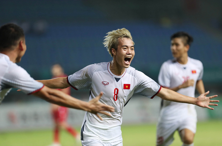 Văn Toàn hôm qua không chỉ nổi bật bởi mái tóc bạch kim, mà còn bởi bàn thắng mang tính lịch sử với bóng đá Việt Nam. Ảnh: Đức Đồng.