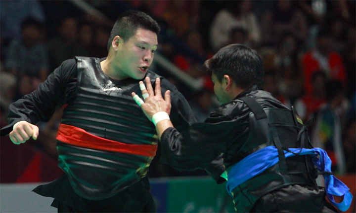 Văn Trí (đai đỏ) đã vượt qua những thời khắc nghặt nghèo nhất để giành thắng lợi trong cả năm set đấu võ sĩ Malaysia lúc 14h30 hôm nay 29/8. Ảnh: Xuân Bình.