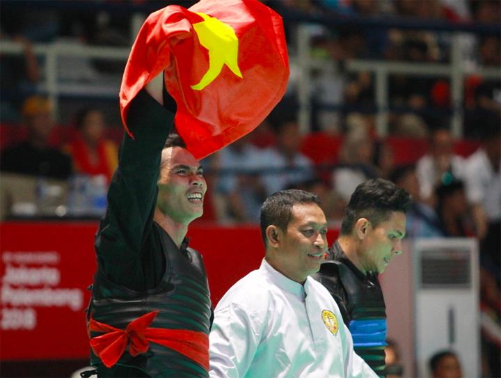 Niềm vui chiến thắng của Đình Nam sau khi được trọng tài chính tuyên thắng trận. Ảnh: Xuân Bình.