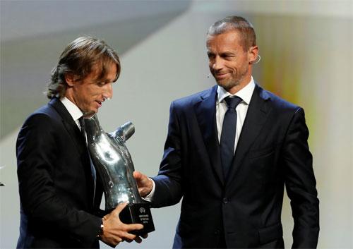 Modric nhận giải Cầu thủ hay nhất mùa 2017-2018 từ Chủ tịch UEFA, Ceferin.