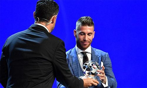 UEFA trao giải Hậu vệ hay nhất cho Ramos. Ảnh: Reuters