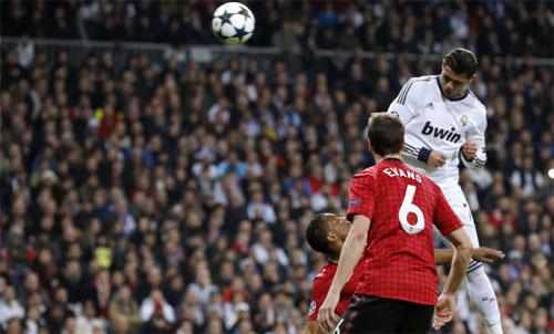 Ronaldo ghi mỗi trận một bàn trong hai lượt gặp Man Utd mùa 2012-2013. Ảnh: Reuters