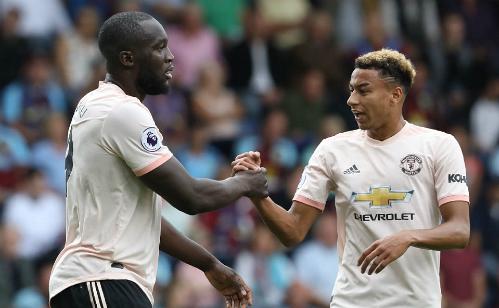 Lukaku (trái) trở thành người hùng của Man Utd trận này.