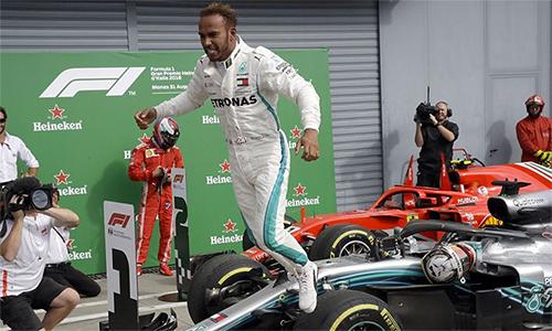 Hamilton phấn khích với chiến thắng tại Monza - trường đua được ví von là thánh đường tốc độ và là sân nhà của Ferrari. Ảnh: AP.