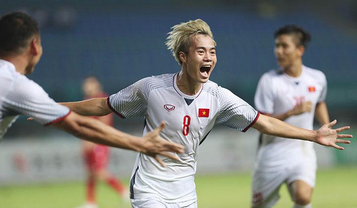 Văn Toàn mừng bàn thắng vào lưới Syria, giúp Việt Nam lần đầu tiên vào bán kết Asiad. Ảnh: Đức Đồng.