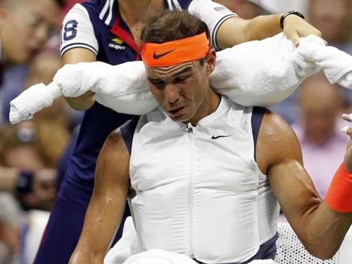 Dù trận đấu diễn ra lúc nửa đêm, nhiệt độ vẫn gần 30 độ C. Cộng thêm độ ẩm gần 80%, thời tiết tại New York khiến các tay vợt ra rất nhiều mồ hôi. Ảnh: Reuters.