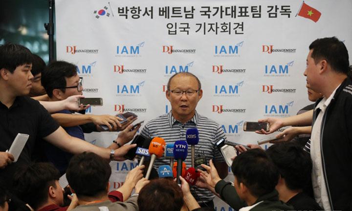 HLV Park Hang-seo được săn đón tại sân bay, ngay khi đặt chân xuống Incheon. Ông là một trong những nhân vật thể thao được quan tâm lớn tại Hàn Quốc lúc này. Ảnh: Newsis.