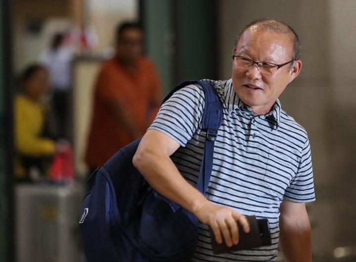 HLV Park Hang-seo về tới Hàn Quốc sáng 6/9. Ông sẽ nghỉ ngơi khoảng ba tuần trước khi trở lại Việt Nam chuẩn bị cho AFF Cup 2018. Ảnh: Yonhap.