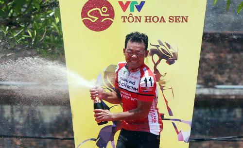 Lê Văn Duẩn là tay đua Việt Nam đầu tiên tận hưởng niềm vui thắng chặng ở giải năm nay. Ảnh: Tuấn Tài.