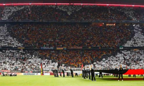 Những lá cờ Đức tạo thành hình trái tim khổng lồ ở một góc khán đài Allianz Arena. Ảnh: AFP.