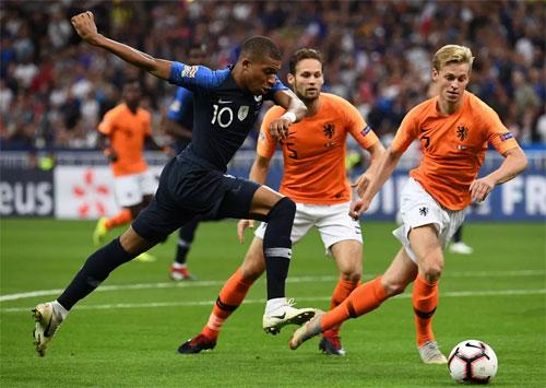 Hàng thủ Hà Lan gặp khó khăn trước tốc độ của Mbappe. Ảnh: Reuters
