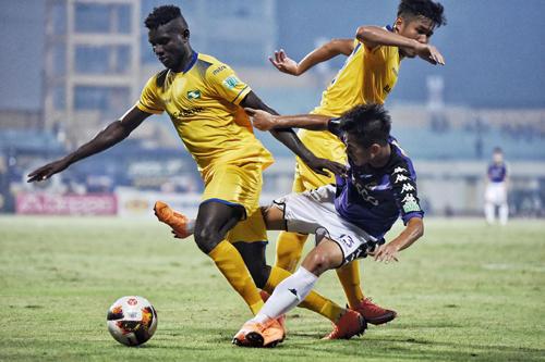 SLNA (vàng) nhận thất bại trong trận đấu với Hà Nội ở trận đấu gần nhất tại V-League, diễn ra cuối tuần trước. Ảnh: Giang Huy.