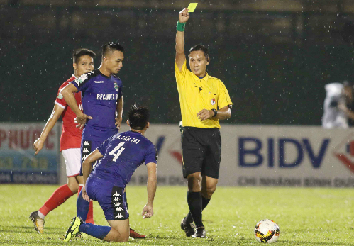 Trọng tài Trần Văn Lập rút thẻ vàng thứ hai với Tấn Tài nhưng không truất quyền thi đấu.