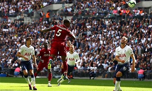 Rất đông hậu vệ Tottenham có mặt trong vòng cấm, nhưng không thể ngăn cản Wijnaldum đánh đầu cầu âu ghi bàn. Ảnh: Reuters.
