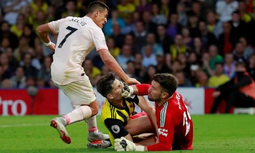 Tình huống thoát xuống suýt ghi bàn của Sanchez trong hiệp một. Ảnh: Reuters.