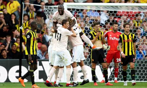Cầu thủ Man Utd chia vui sau bàn thắng của Smalling. Ảnh: PA.