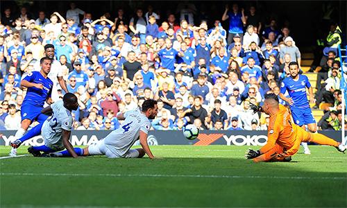 Hazard (áo xanh, trái) là mình chứng cho khác biệt đẳng cấp giữa Chelsea với Cardiff. Ảnh: UEFA.