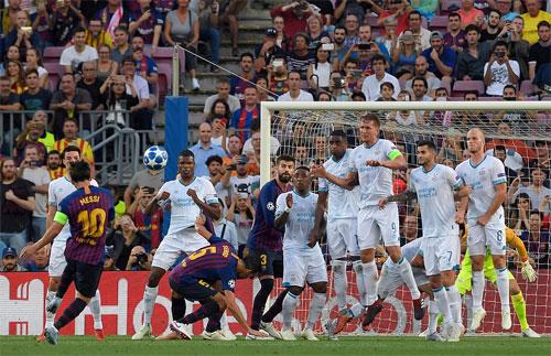 Messi giúp Barca chơi hưng phấn trở lại bằng cú đá phạt thành công.