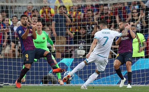 PSV có thể đã vượt lên nếu cú vô lê của Pereiro đưa bóng đi thấp hơn. Ảnh: Reuters