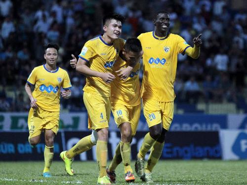 Đồng đội chia vui cùng Văn Thắng (số 10) sau khi tiền đạo 28 tuổi giải cơn khát bàn thắng ở V-League mùa này. Ảnh: Phan Tùng.