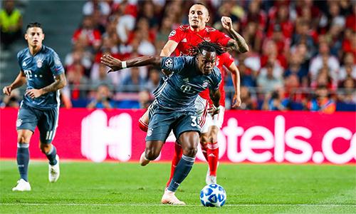 Sanchez (áo xám, phải) chớp cơ hội được ra sân và toả sáng, góp phần giúp Bayern đánh bại đội bóng cũ Benfica. Ảnh: FCB.