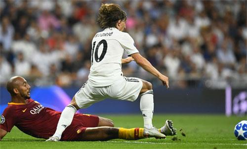 NZonzi không thể ngăn Modric tỏa sáng đưa Real đến chiến thắng đậm. Ảnh: Reuters
