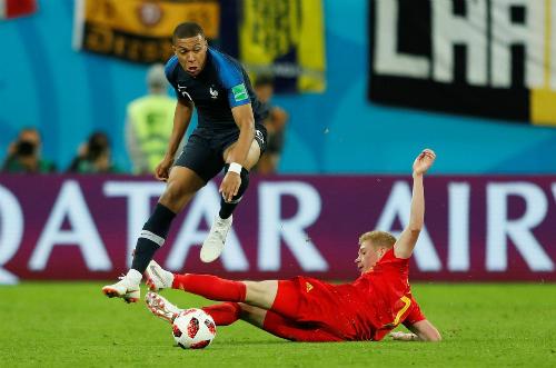 Pháp (áo xanh) và Bỉ trong trận đấu tại bán kết World Cup. Ảnh: Reuters.