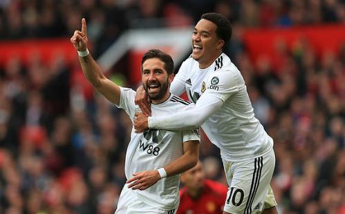 Moutinho phá vỡ ngày vui của sân Old Trafford. Ảnh: Empics Sport.