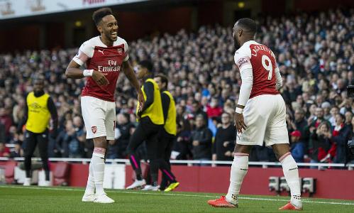 Aubameyang (trái) và Lacazette là khác biệt của Arsenal so với Everton. Ảnh: Ian Tuttle.