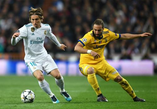 Modric (trái) được ngợi ca nhờ sở hữu lối chơi đẹp, ổn định và hiệu quả trong nhiều năm liên tục.