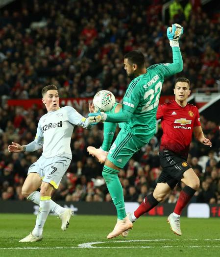 Tình huống dùng tay cản bóng ngoài vòng 16m50 khiến Romero nhận thẻ đỏ. Ảnh: AFP.