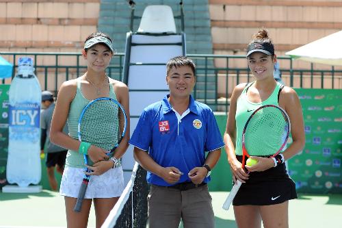 Alize (phải) và Yên Tích (trái) trước trận đấu tại vòng 1/8.