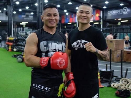 Trương Đình Hoàng (phải) chụp ảnh cùng Cung Lê. Ảnh: FBNV.
