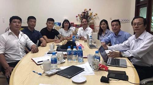 Trương Đình Hoàng (áo đen, thứ ba từ trái sang) trong buổi gặp với đại diện của Flores hồi tháng 7. Ảnh: FBNV.