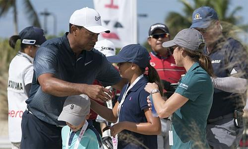 Woods và hai con tại sự kiện Hero World Challenge năm ngoái. Ảnh: USA Today.