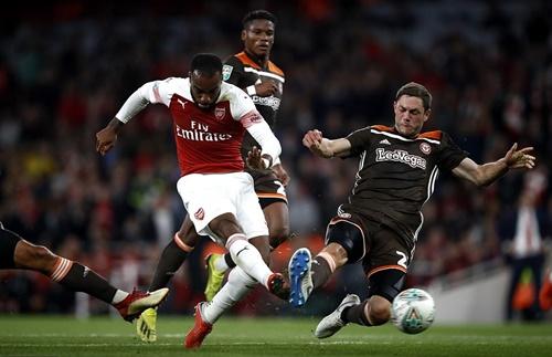 Lacazette ấn định tỷ số 3-1 cho Arsenal. Ảnh: PA.