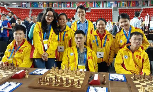 Đội nam và nữ Việt Nam đều toàn thắng ba trận đầu tiên, nhưng phải gặp đối thủ mạnh hơn ở trận thứ tư.