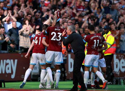 Mourinho phản ứng dữ dội sau khi West Ham ghi bàn thắng nâng tỷ số lên 3-1. Ảnh: PA.