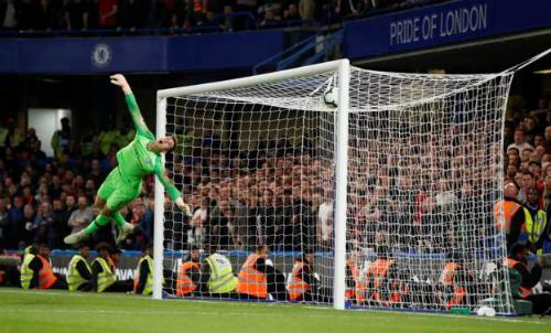 Pha bay người của thủ môn Kepa nhưng không thể cản phá được cú sút của Sturridge. Ảnh: Reuters.
