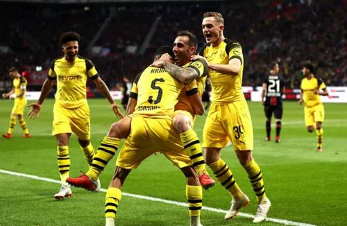Alcacer (giữa) ôm đồng đội sau bàn thắng giúp Dortmund dẫn ngược Leverkusen. Ảnh: AFP.