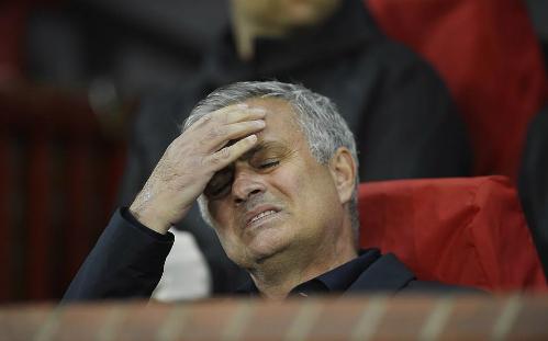 Phản ứng của Mourinho khi chứng kiến cầu thủ Man Utd thi đấu trước Valencia. Ảnh:DM.
